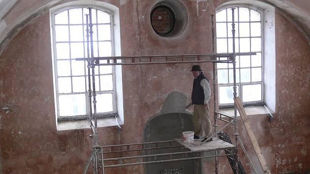 Při rekonstrukčních pracích v loštické synagoze objevili dělníci zazděný výklenek pro oltář, okno a nad ním hebrejský nápis