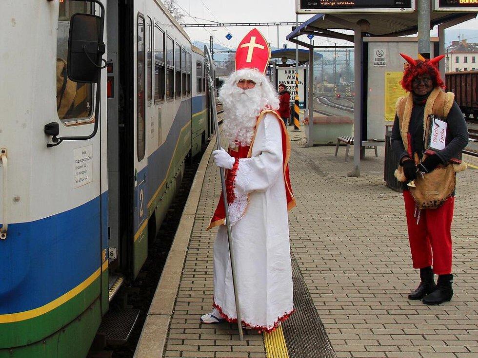 Mikuláš doprovázený čerty a anděly překvapil v pondělí 5. prosince i cestující ve vlaku Železnice Desná. Do Koutů nad Desnou a zpět se vydal hned dvakrát.