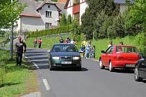 Jedním z dopravních problémů jesenických lázní je chybějící chodník na hlavní přístupové cestě z města. Takto vypadala doprava na Priessnitzově ulici při zahájení lázeňské sezony.