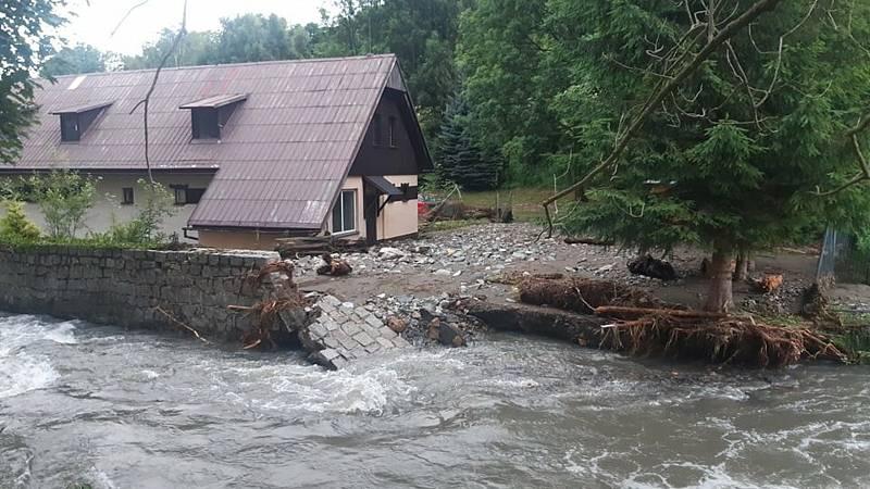 Povodeň vytopila v Bělé pod Pradědem budovu polesí.