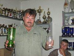 Velitel Hasičů Václav Muzikant drží v rukou dva nejcennější poháry