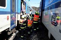 Evakuace cestujících z rychlíku v Hoštejně, lokomotivu zasáhl požár.