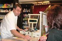 Lékárník Martin Starý obsluhuje zákaznici