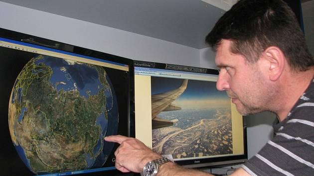 Zábřežský filmař Martin Strouhal nad mapou a fotografiemi Jakutska, odkud se vydá po stopách Welzla na Novosibiřské ostrovy.