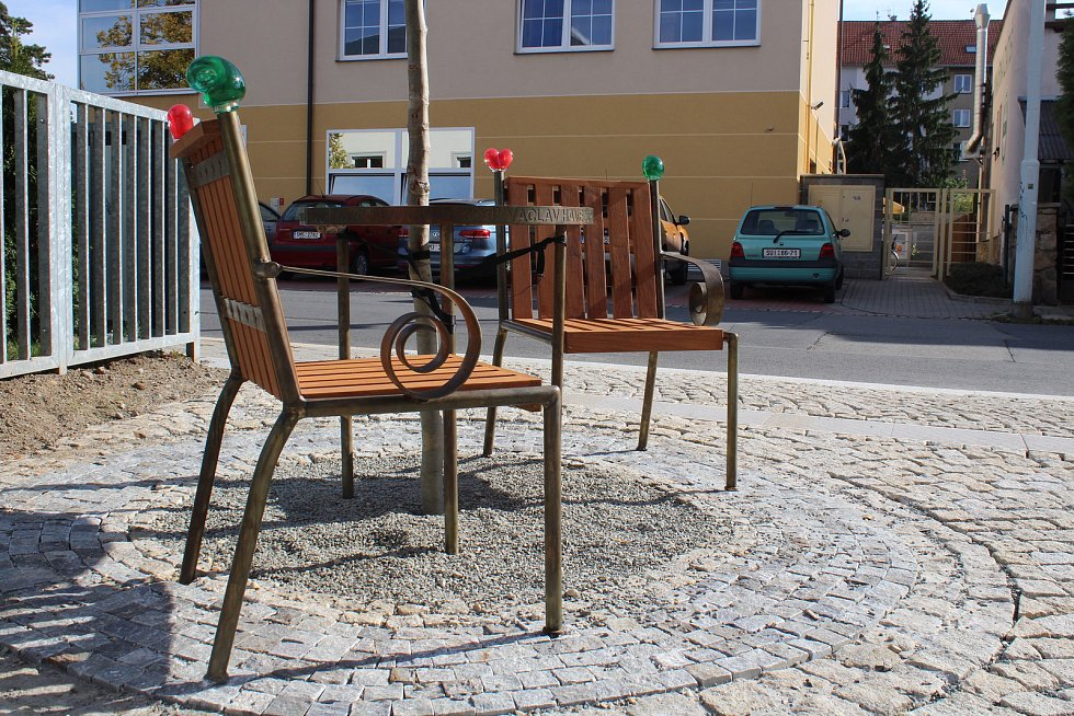 Na prostranství před novou knihovnou v Šumperku přibyla Lavička Václava Havla.