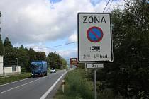 Město Šumperk zakázalo parkování u hřbitova, řidiče odkazuje na soukromou placenou plochu.