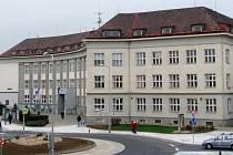 V budově bývalého okresu na náměstí Osvobození v Zábřehu sídlí část odborů radnice, strážníci i městská knihovna.