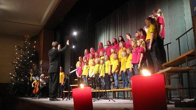 Již poosmnácté vítaly děti ze zábřežských mateřských a základních škol vánoční období dobročinným koncertem. Výtěžek podpořil onkologicky a hematologicky nemocné děti a jejich rodiny v oblasti střední Moravy.