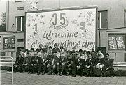 MLADÍ A STAŘÍ. Dne 2. května 1980 se konala vKamenné beseda se členy partyzánské skupiny Sever – Hrabová. Na fotografii před závodem železáren a drátoven členové partyzánské skupiny a žáci zpionýrského dechového souboru Mládí.
