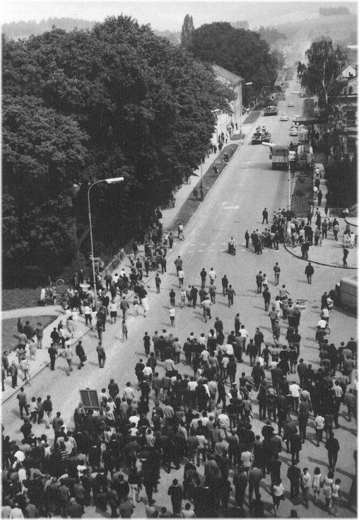 1. VPÁD. Příjezd okupačních vojsk polské lidové armády vulici Čs. armády vsprnu 1968.
