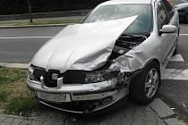 Nehoda seatu a renaultu za Obchodní akademií v Šumperku