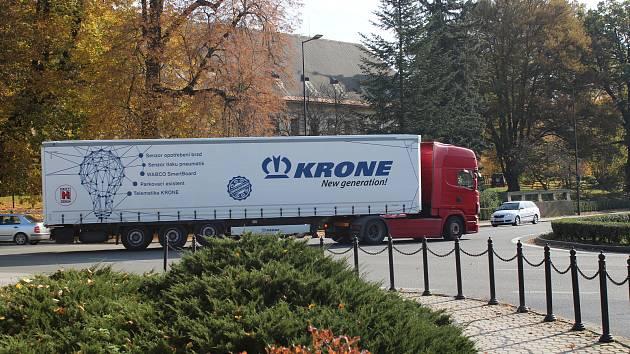 Na křižovatce u Bludovského zámku se stále častěji objevují fronty aut.