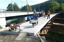 Na stavbě cyklostezky mezi Lupěným a Hněvkovem finišují práce na třech mostech