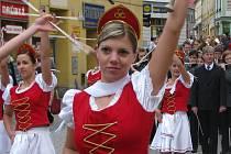 Průvod mažoretek šumperskou pěší zónou v sobotu 13. června