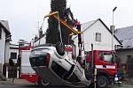 V Mohelnici spadl vůz do říčky Mírovky