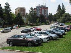 Parkovací plochu mezi stadionem a kulturním domem v Zábřehu chce radnice změnit na dopravní terminál. V přízemí mají zůstat parkovací stání pro auta, v patře mají být nové autobusové zastávky.