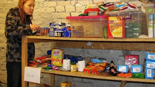 Dobrovolníci třídí v potravinovém skladu Charity Zábřeh jídlo, které darovali lidé v Nurodní potravinové sbírce. Do Zábřehu putovalo 932 kliogramů potravin, které pomohou potřebným.