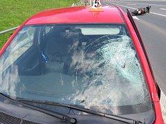 Motorkář v Šumperku srazil chodce na přechodu v Jesenické ulici u křižovatky s Hybešovou ulicí. Poté ještě narazil do toyoty, která projížděla v protisměru.