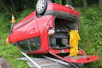 Opilý řidič převrátil auto na střechu hned po výjezdu ze Zlatých hor