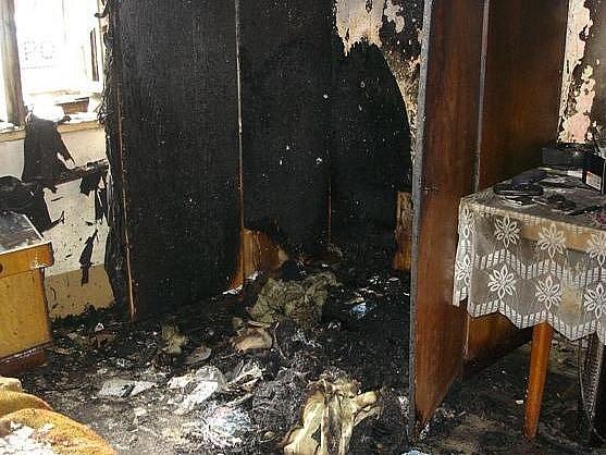 Požárem zničená místnost domku v Sudkově, kde zemřel dvaasedmdesátiletý majitel domku