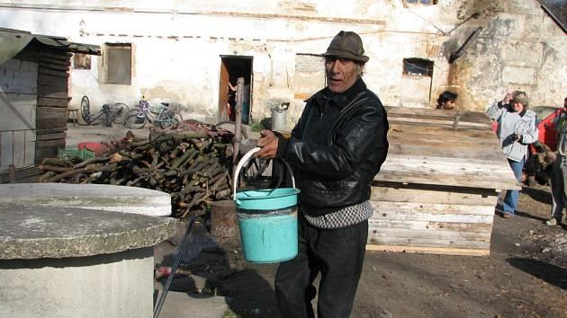 Romové jsou odkázáni na závadnou vodu ze studny.