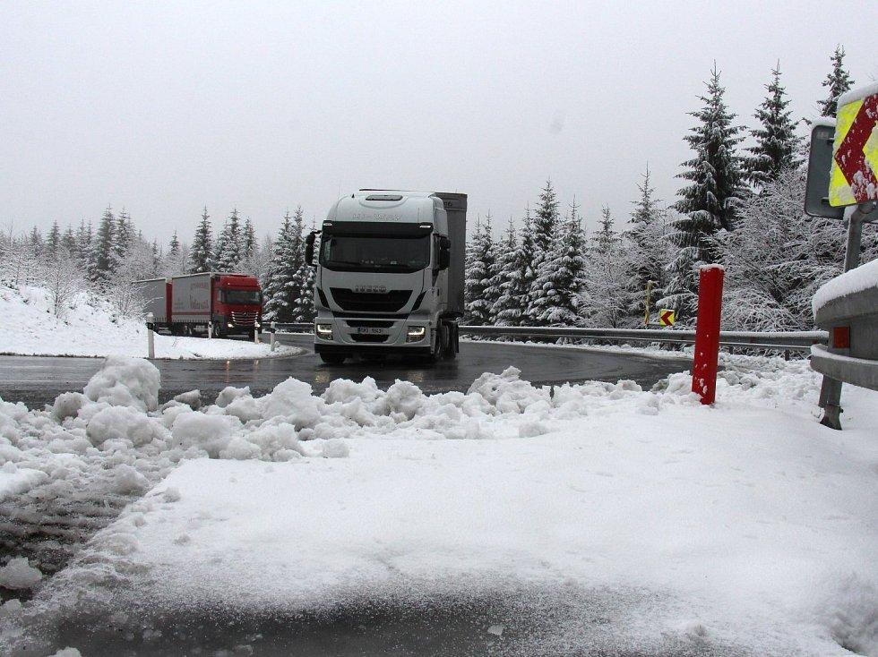 Na Červenohorském sedle napadlo 18. dubna do rána asi pět centimetrů sněhu. Sněžit má i celou středu 19. dubna.