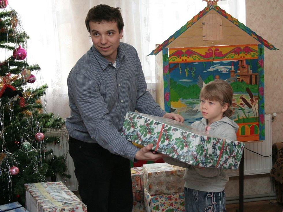 Předávání dárků dětem z ukrajinských dětských domovů.