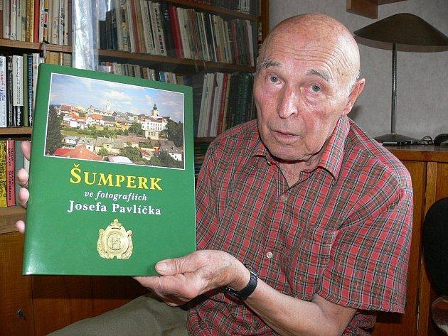 Josef Pavlíček se svou knihou