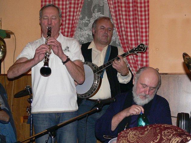 Jiří Sedláček, jak jinak, hraje na klarinet