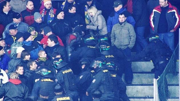 Zásah policistů na tribunách šumperského zimního stadionu proti fanouškům.