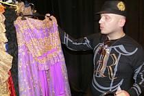 Luděk Hanák ukazuje šaty ze své kolekce. Model, který bude mít na sobě adeptka titulu Česká Miss, však tají.