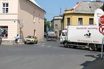 Centrem Javorníku proudí denně stovky nákladních vozů. Stavba obchvatu města se kvůli komplikacím s pozemky opět odkládá.