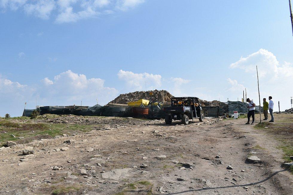 Výstavba rozhledny na Králickém Sněžníku v úterý 8. června.