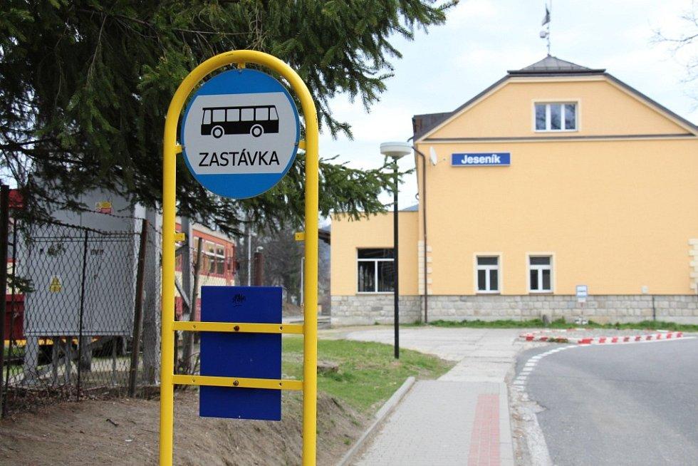 Autobusová zastávka u železniční stanice Jeseník změní podobu k lepšímu.
