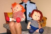 Jedna z policistek ukazuje novou místnost určenou pro výslechy dětí. Panenky Jája a Pája mají obětem sexuálního násilí usnadnit popsat, co se jim stalo.