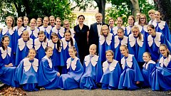 Šumperský dětský sbor Motýli se svými dirigenty Helenou Stojaníkovou a Tomášem Motýlem