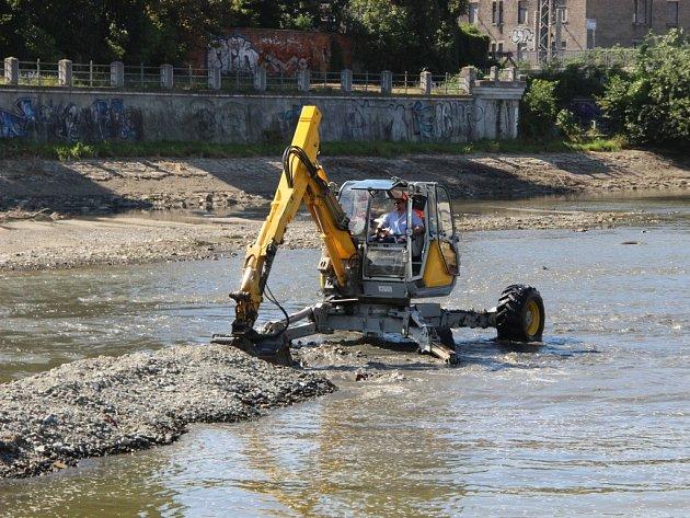 Čištění koryta řeky Bečvy od štěrkových nánosů v Přerově