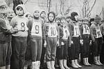 NAŠI PIONÝŘI. Pionýrská skupina Bludov před zahájením branného závodu konaného u příležitosti Dne lidových milicí 2. února 1974.