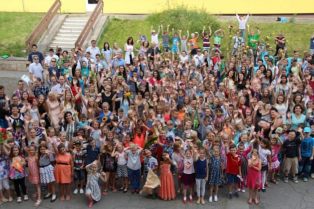 Na Základní škole Sluneční vŠumperku se poslední školní den všichni žáci iučitelé shromáždili na parkovišti před školní budovou, kde se rozdávala ocenění za výkony ve sportovních ivědomostních soutěžích.
