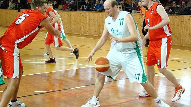 Šumperští basketbalisté (bílé dresy) v domácím utkání se Svitavami