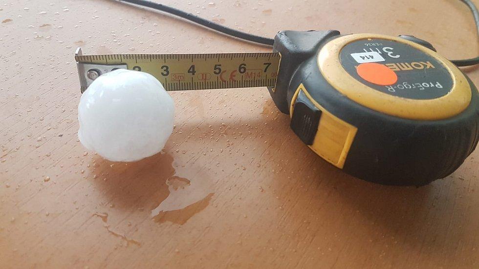 Takové kroupy padaly při průtrži mračen ve čtvrtek 13. června v Brníčku.