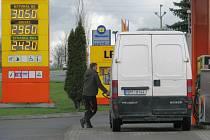 V okolí Šumperka mohou motoristé nejlevněi natankovat na čerpací stanici Vena Trade na okraji Bludova. Cena nafty se tu stále drží čtyřicet haléřů pod třicetikorunovou hranicí. Natural nabízejí za 30,50.