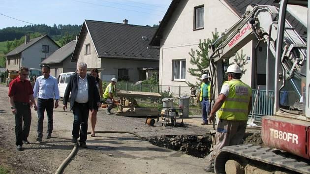 V Brníčku, Dlouhomilově (na snímku) a Hrabišíně se hejtman Olomouckého kraje Jiří Rozbořil na vlastní oči přesvědčil, že komunikace jsou po výstavbě kanalizace v dezolátním stavu a musejí se nutně opravit.