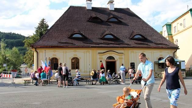Opravenou budovu Katovny v Jeseníku si prohlédly desítky lidí. Nově se v ní nachází česko-polská expozice a informační centrum.