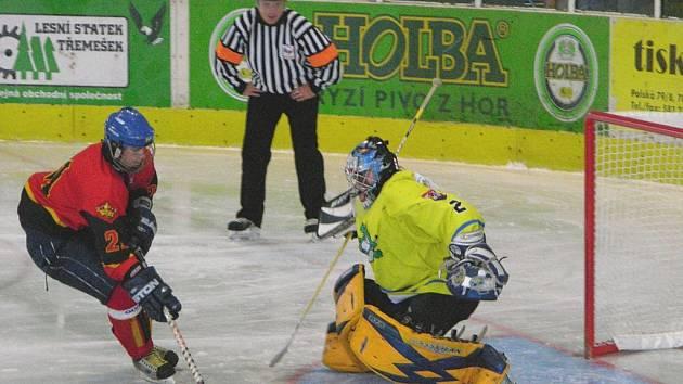 Trestné střílení hráče Bratislavy během dorosteneckého turnaje. V bráně je šumperský Petr Misiorz.