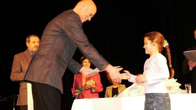 Starosta Mohelnice Zdeněk Jirásko předává cenu Barboře Morávkové z tanečního kroužku při ZŠ ve Vodní ulici.