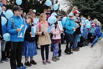 Před šumperským muzeem se fotili autisté a jejich podporovatelé.