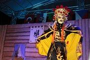 V pátek a v sobotu se na hlavních pořadech Mezinárodního folklorního festivalu v Šumperku představily postupně dvě desítky souborů. Mezi nimi byl i soubor z čínské Šanghaje.