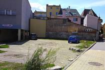 Nevzhledný plácek u průchodu obchodního domu Jednota v Šumperku nechá město vydláždit.