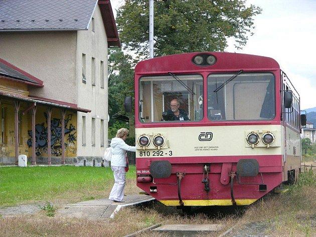 Tento obrázek už dnes neuvidíte. Vlaky na nádraží ve Vidnavě přestaly jezdit v prosinci 2010